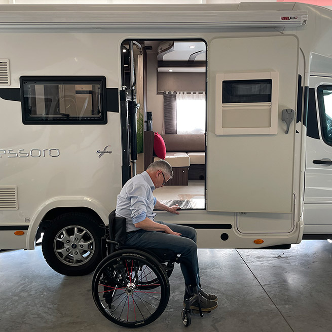 Weersink Camper rolstoel lift rolstoelcamper invalide ingeslikt