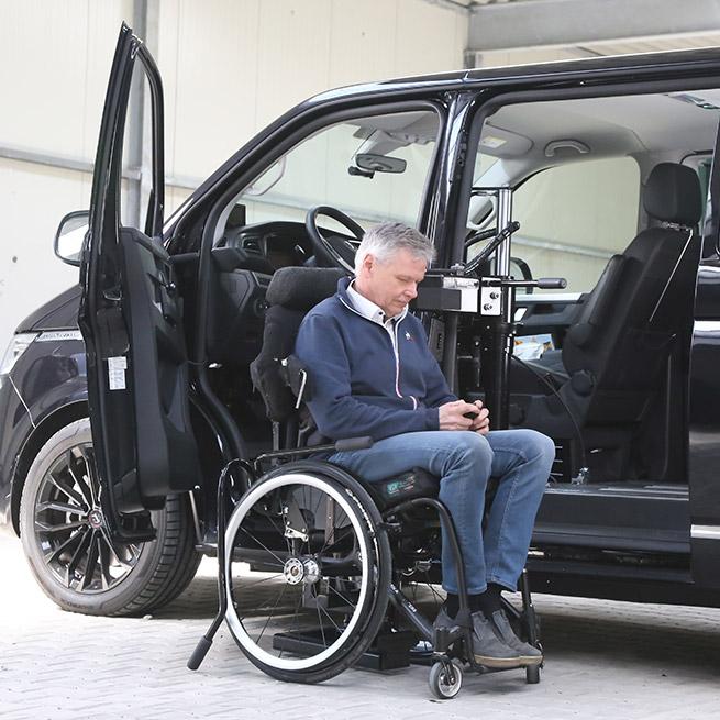 Rolstoelbus zelfrijder automaat met rolstoellift begin