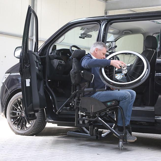 Rolstoelbus zelfrijder automaat met rolstoellift wiel eraf