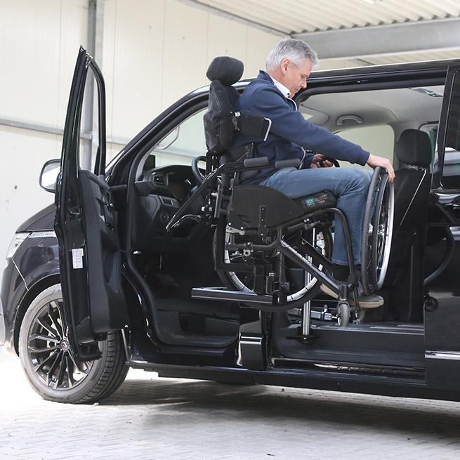 Rolstoelbus zelfrijder automaat met rolstoellift omhoog