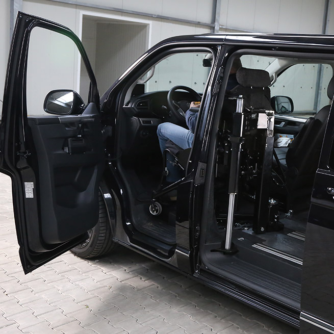 Rolstoelbus zelfrijder automaat met rolstoellift achter het stuur
