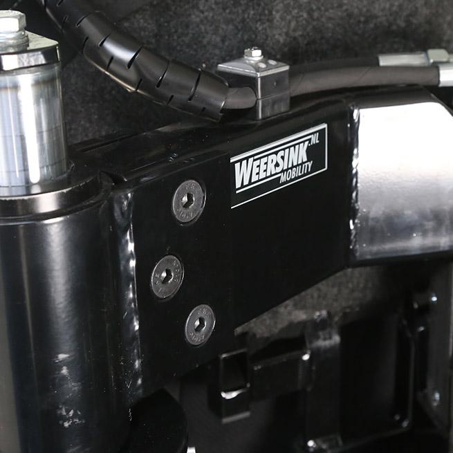 Rolstoelbus zelfrijder automaat met rolstoellift close up