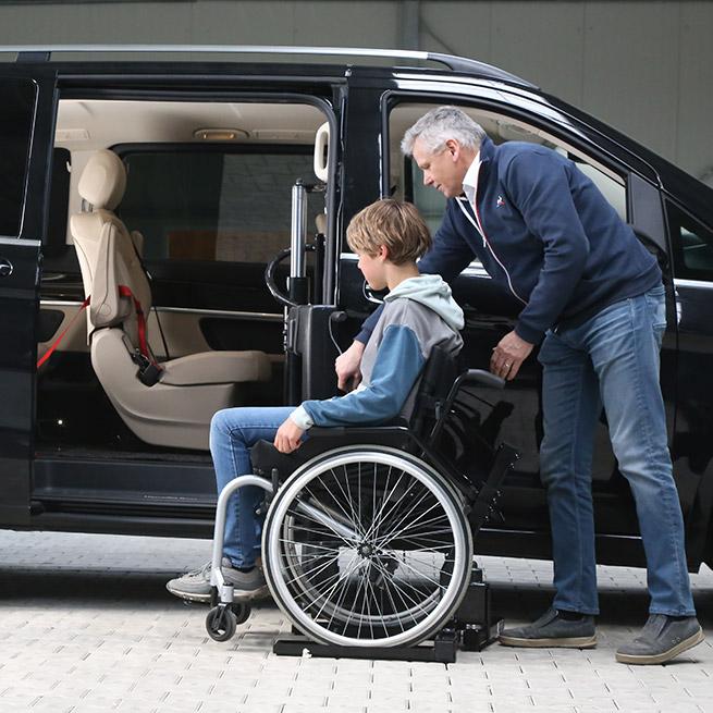 Rolstoelbus passagier meenemen rolstoellift zijkant instap begin