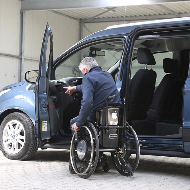 Rolstoelauto zelfrijder automaat na transfer rolstoellift lift omlaag