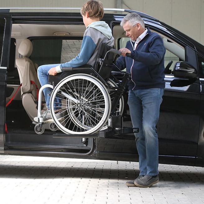 Rolstoelbus passagier meenemen rolstoellift zijkant instap omhoog