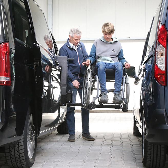Rolstoelbus passagier meenemen rolstoellift zijkant instap omhoog zijaanzicht