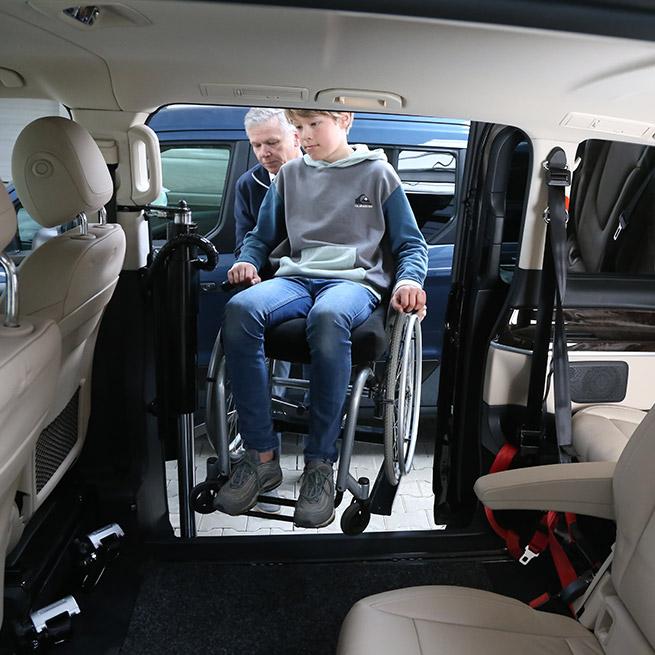 Rolstoelbus passagier meenemen rolstoellift zijkant instap indraai
