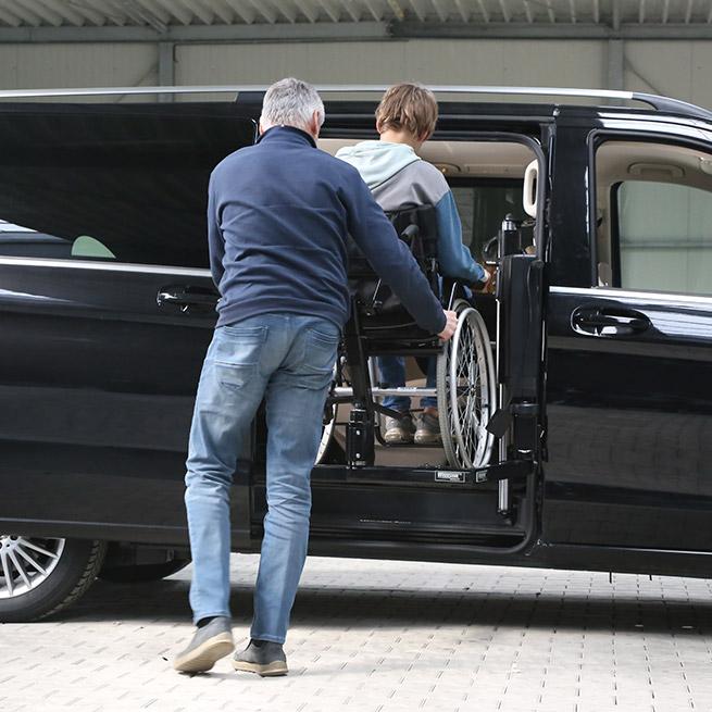 Rolstoelbus passagier meenemen rolstoellift zijkant instap indraai vanaf buiten
