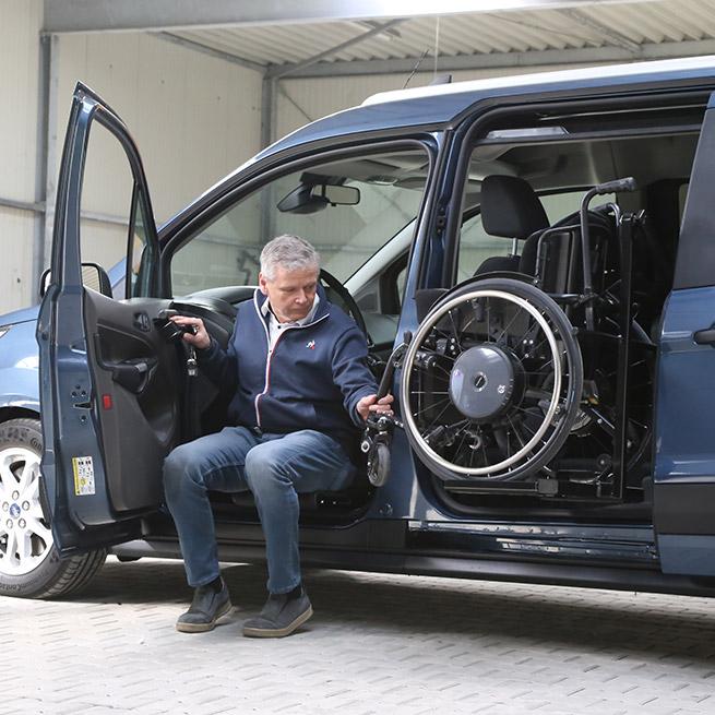 Rolstoelauto zelfrijder automaat na transfer rolstoellift inladen