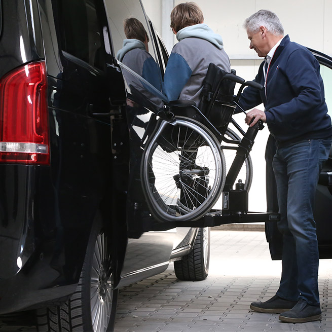 Rolstoelbus passagier meenemen rolstoellift zijkant instap indraai zijaanzicht