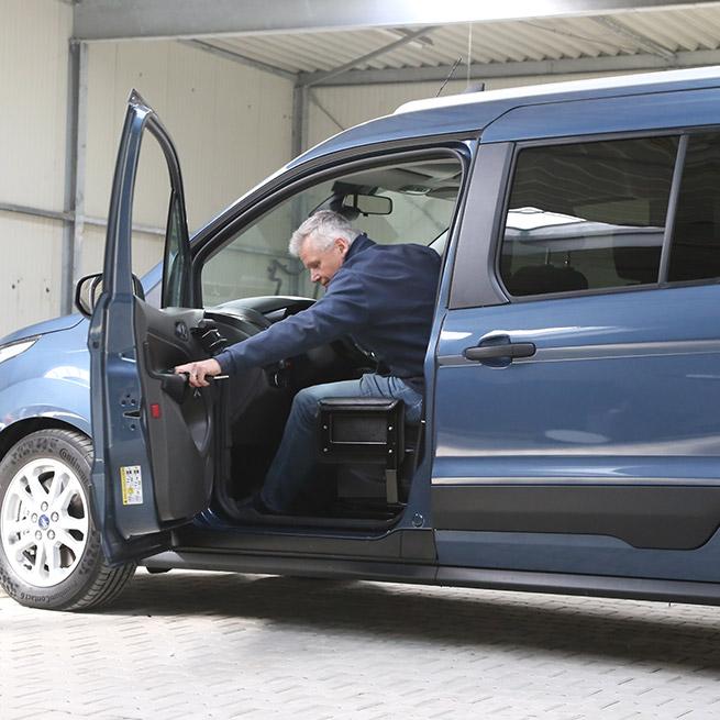 Rolstoelauto zelfrijder automaat na transfer rolstoellift deur dicht