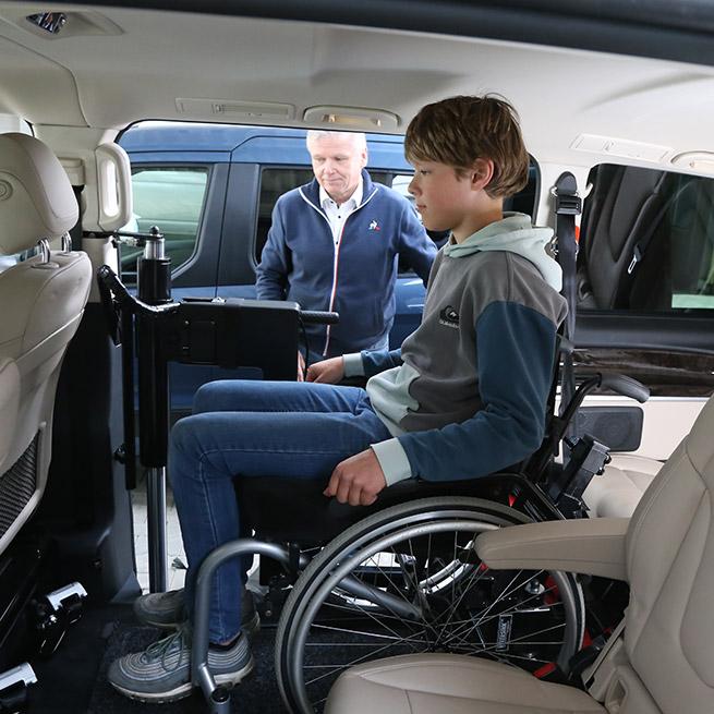 Rolstoelbus passagier meenemen rolstoellift zijkant instap binnen