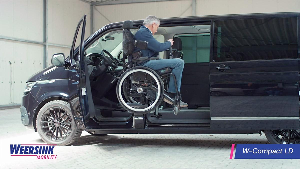 Rolstoelbus zelfrijder automaat met wielen eraf rolstoel in rolstoellift