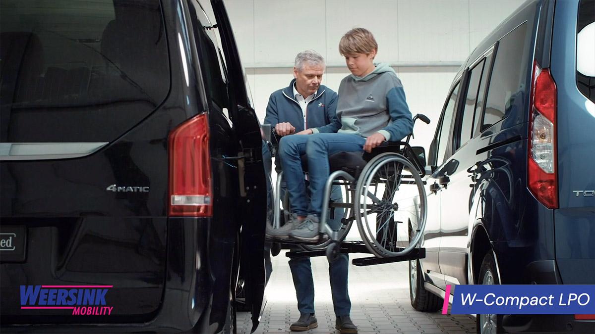 Rolstoelbus passagier meenemen rolstoellift zijkant instap website thumb